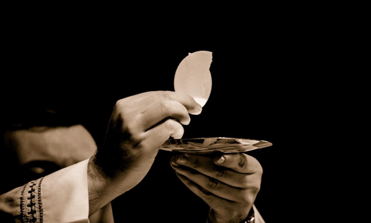 Mężczyzna rozdający komunię w polskim kościele jest zarażony koronawirusem