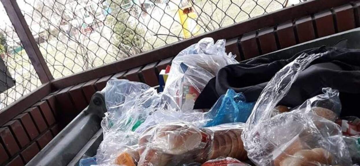 Polacy masowo robili zakupy na zapas. W sieci pojawiło się zdjęcie osiedlowego śmietnika, ręce opadają