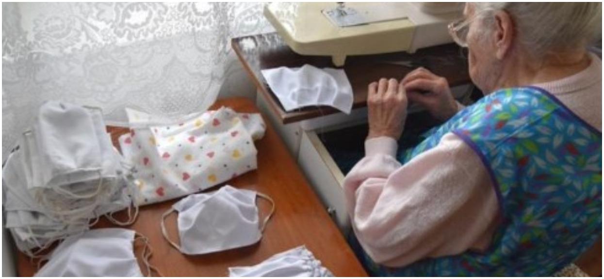 Pani Janina ma 96-lat. Od wielu dni szyje maseczki dla przychodni