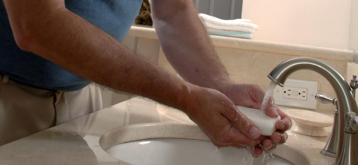 Myjesz i odkażasz ręce. Świetnie, ale dermatolodzy mają jedno, ważne ostrzeżenie