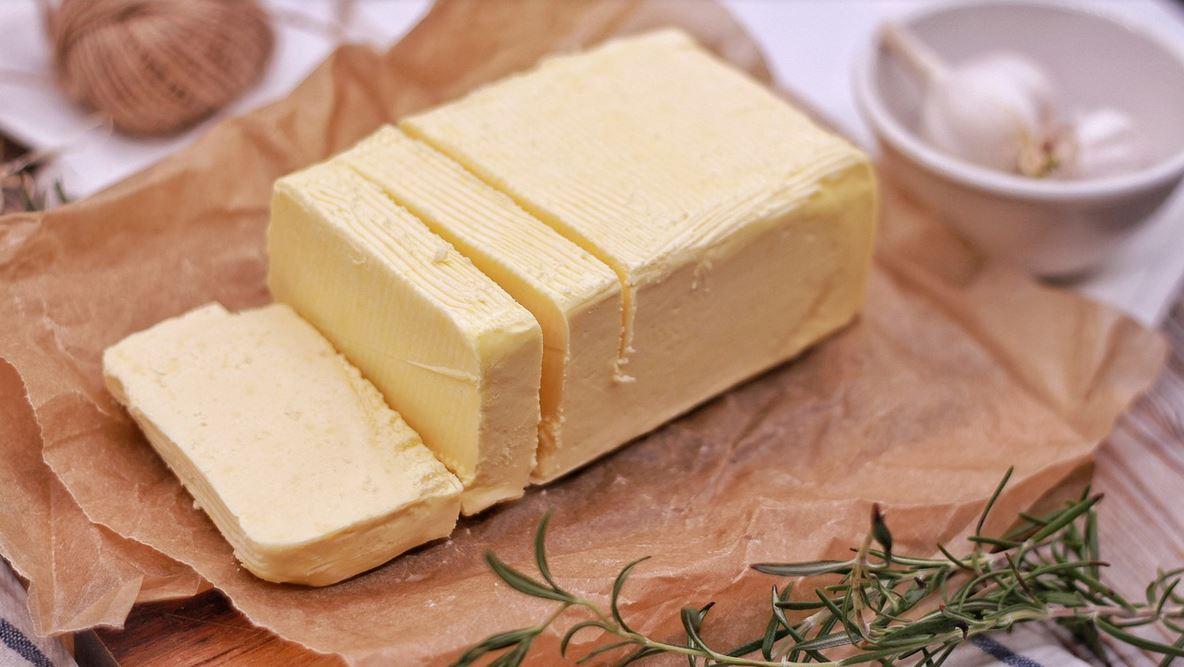 Genialny trik na masło prosto z lodówki. W kilka sekund będzie gotowe do smarowania