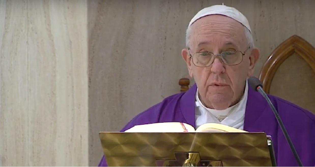 Papież Franciszek przebywał blisko zakażonej osoby. Właśnie podano wyniki jego testu na koronawirusa