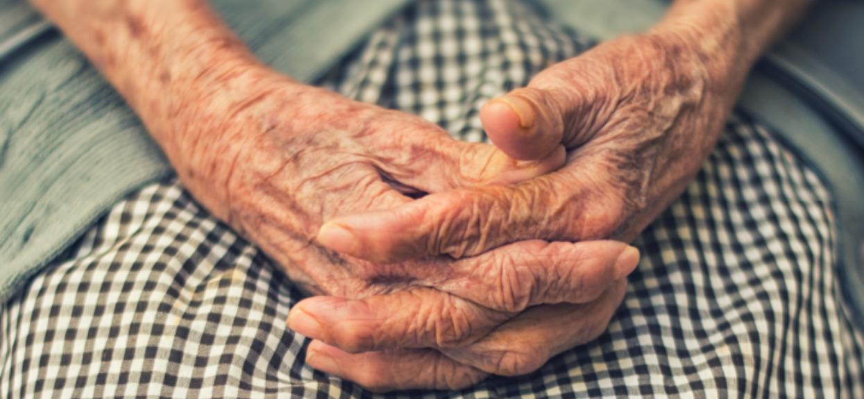 Pielęgniarka zrobiła zdjęcie dłoni staruszki. Jeden szczegół zwraca uwagę wszystkich, prawda powala