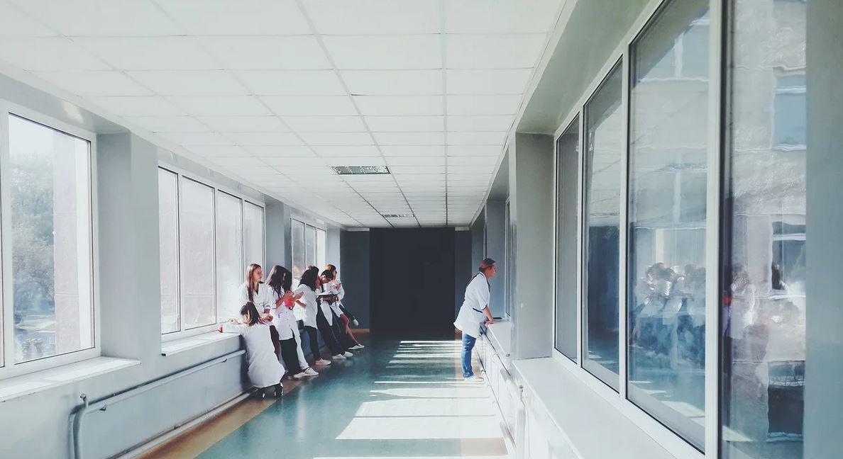 Polska pielęgniarka ujawniła gorzką prawdę. Przed wejściem do szpitala musi robić upokarzającą rzecz, hańba