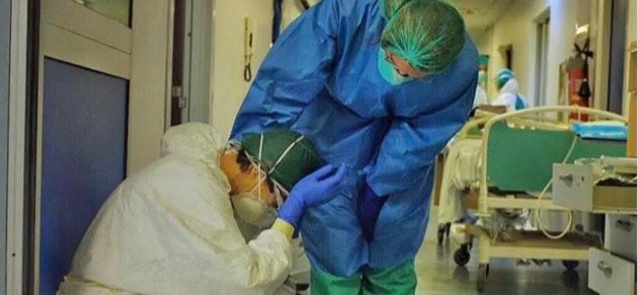 """Pielęgniarz zrobił koleżance zdjęcie, które wyciska ostatnie łzy. """"Jesteśmy ludźmi, nie bohaterami"""""""