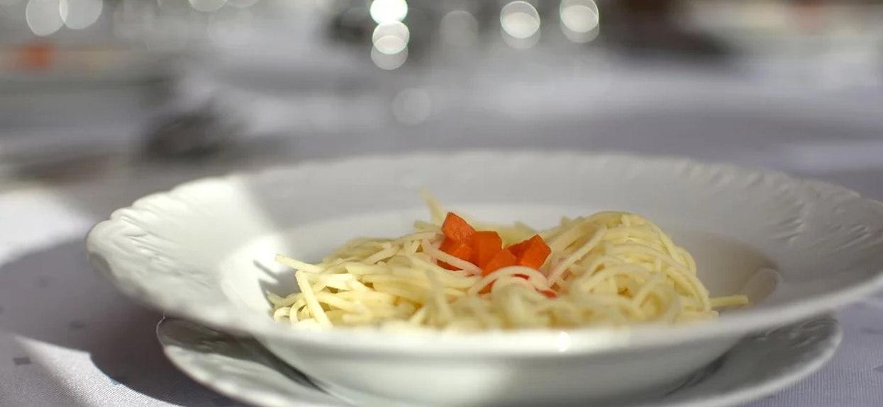 Niebywały trik szefów kuchni na idealny rosół. Wystarczy wrzucić do garnka popularny składnik, by wydobyć głębię smaku