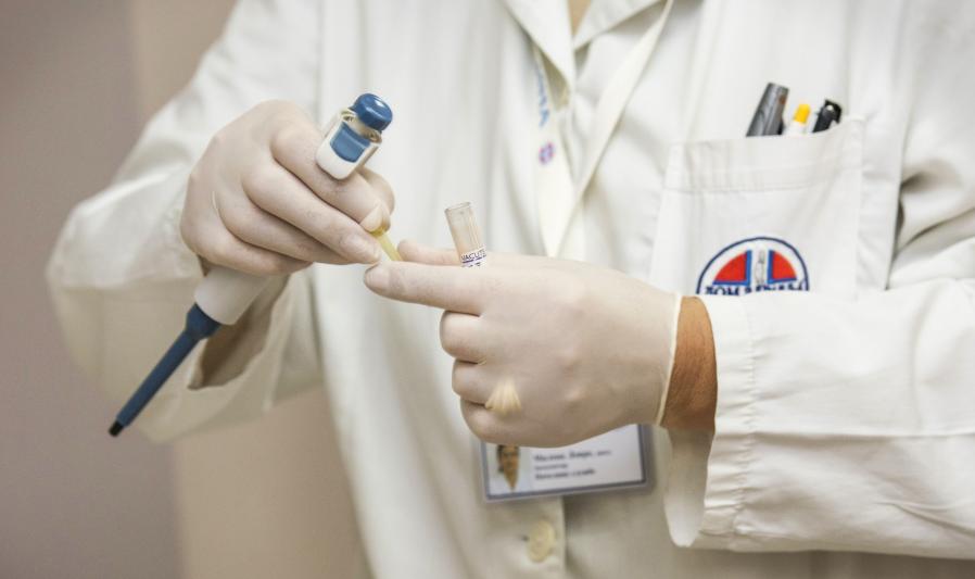 Naczelna Rada Lekarska: Sanepid zabrania robienia testów pacjentom pełnoobjawowym