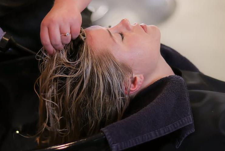 Wmasuj krople żołądkowe w skórę głowy. Twoje włosy zmienią się tak, że będziesz wyglądać jak po wyjściu od najdroższego fryzjera