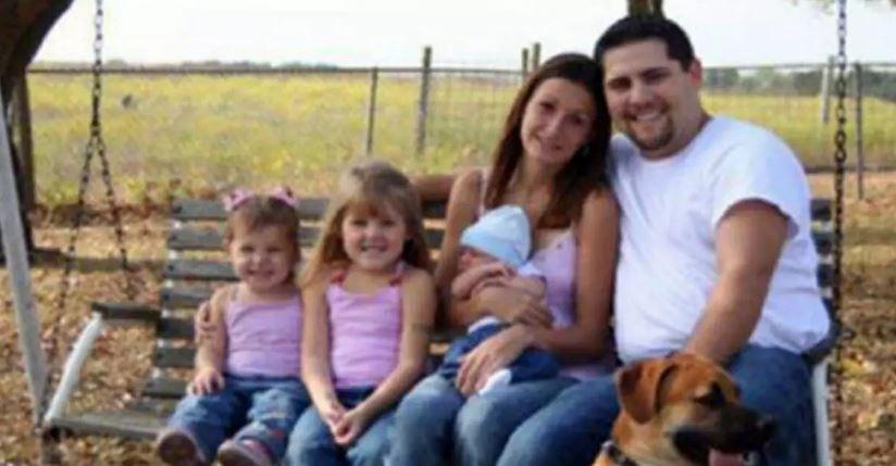 Rodzina wykonała pozornie normalne zdjęcie na huśtawce. Dopiero po chwili widać porażający szczegół, nieprawdopodobne
