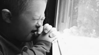 Wypełniła rękawiczkę fasolkami i położyła na swoim maleńkim dziecku. Efekty powalają, nagle nawet położne zaczęły tak robić