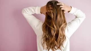 Genialne, proste sposoby na obcinanie włosów w domu. Będą wyglądać jak po wizycie u fryzjera
