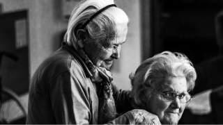 Biedronka wprowadziła udogodnienia dla seniorów. Mogą być na przykład obsłużeni poza kolejką
