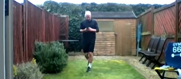 Mężczyzna przebiegł maraton w swoim malutkim ogródku. Też się nudzicie podczas kwarantanny?