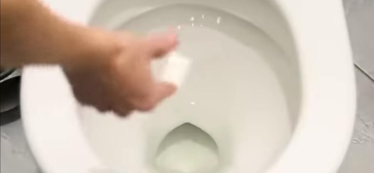 Zmieszała sodę z cytryną i wrzuciła do toalety. Efekt powala, zupełnie niespodziewane