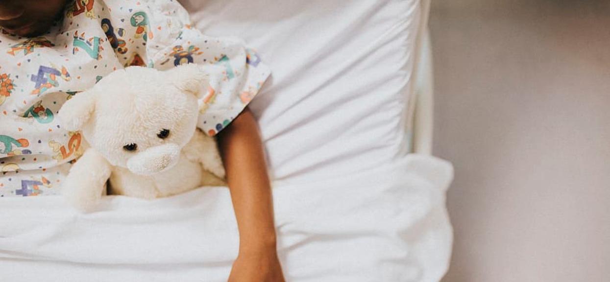 Brytyjscy lekarze ostrzegają wszystkich rodziców, nowa infekcja atakuje dzieci. Natychmiast powinni zgłosić je do lekarza