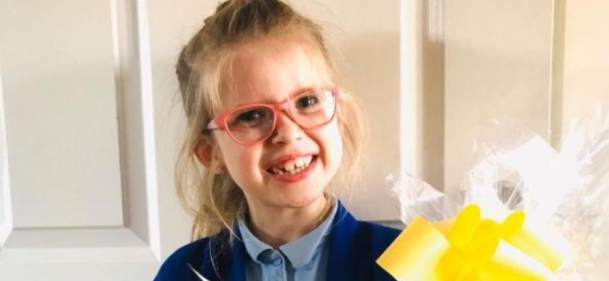 6-latka wręczyła tajemniczą paczkę lekarzowi. Gdy zajrzał do środka, nie mógł przestać płakać