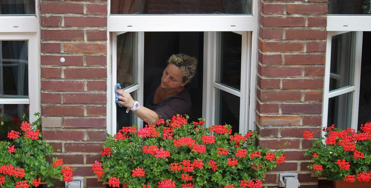 Tak umyjesz okna szybko i bez smug. Genialny i prosty sposób, o którym niewielu wie