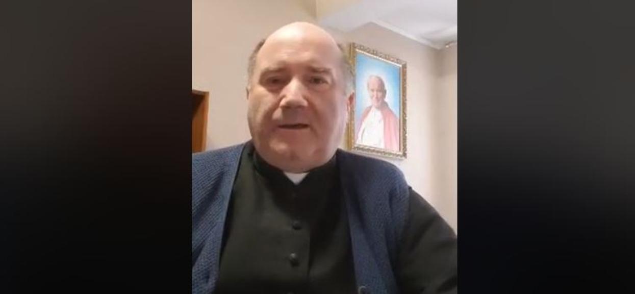 Ksiądz Witold zbierał na nowe konfesjonały. Zamiast nich, kupi kombinezony dla lekarzy