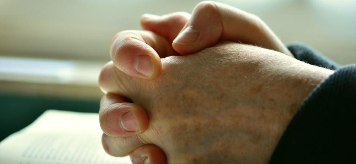 Ręce opadają. Biskup Janiak zaleca wiernym modlenie się za ofiary katastrofy smoleńskiej w kościele