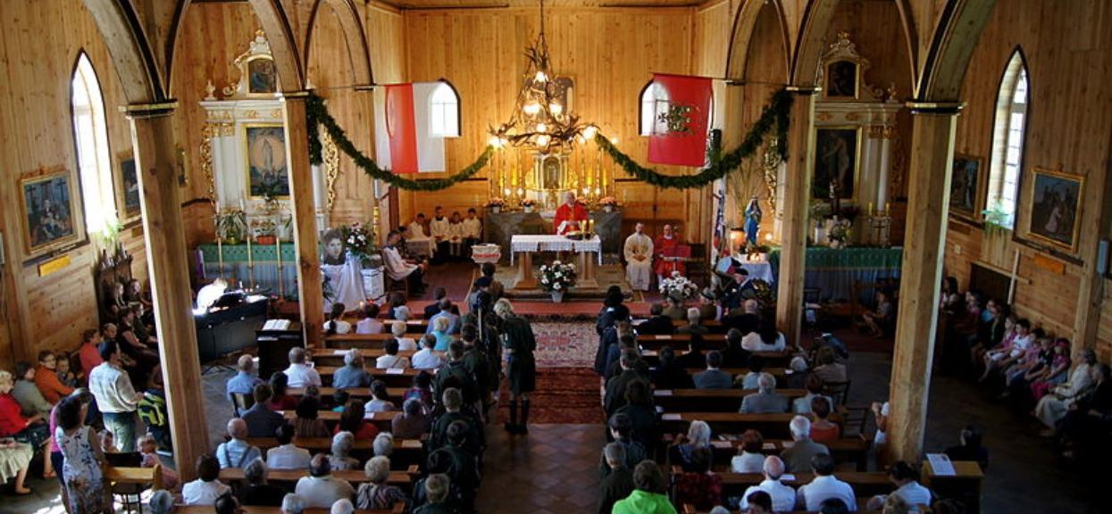 Księża łamią zakazy, wpuszczają na mszę aż 48 wiernych. Przypadków jest więcej
