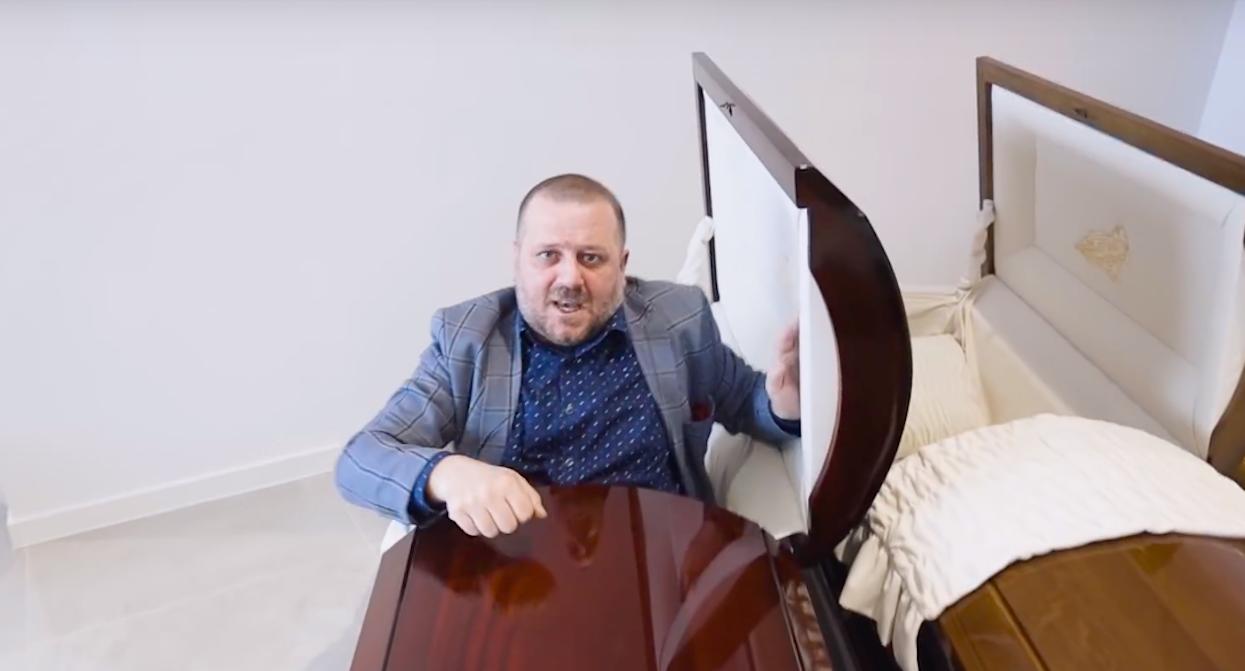 Burmistrz polskiego miasta zamknął się w trumnie. Wcześniej wypowiedział kilka bardzo ważnych słów