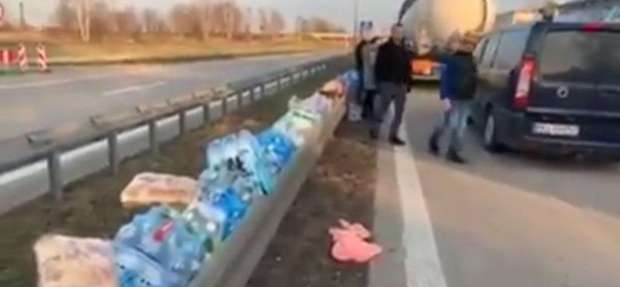 Ludzie zostawiają na granicy jedzenie i wodę, dla wszystkich, którzy muszą godzinami stać na przejściu granicznym