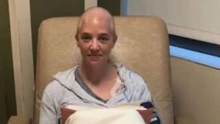 Zabronili mu wejść do szpitala, by towarzyszył żonie w chemioterapii. To, co zrobił wzruszyło cały personel, łzy same płyną