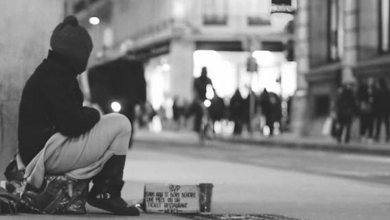 Kobieta nakarmiła bezdomnego