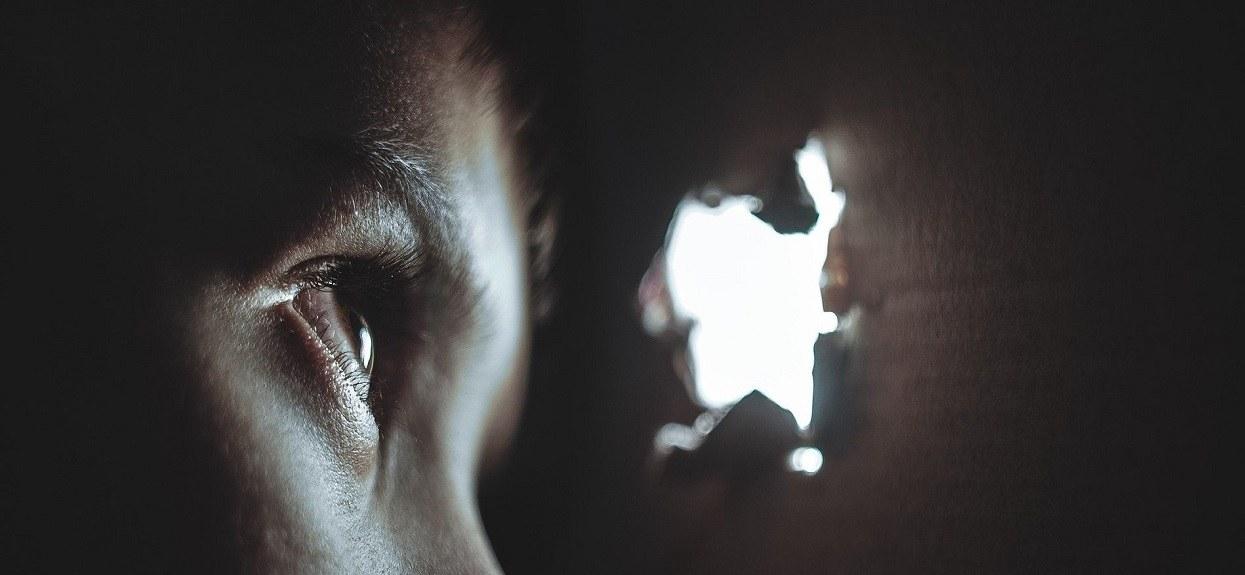 Chłopiec błąkał się w środku nocy. Gdy zapytali go o rodziców, porażająca prawda wyszła na jaw