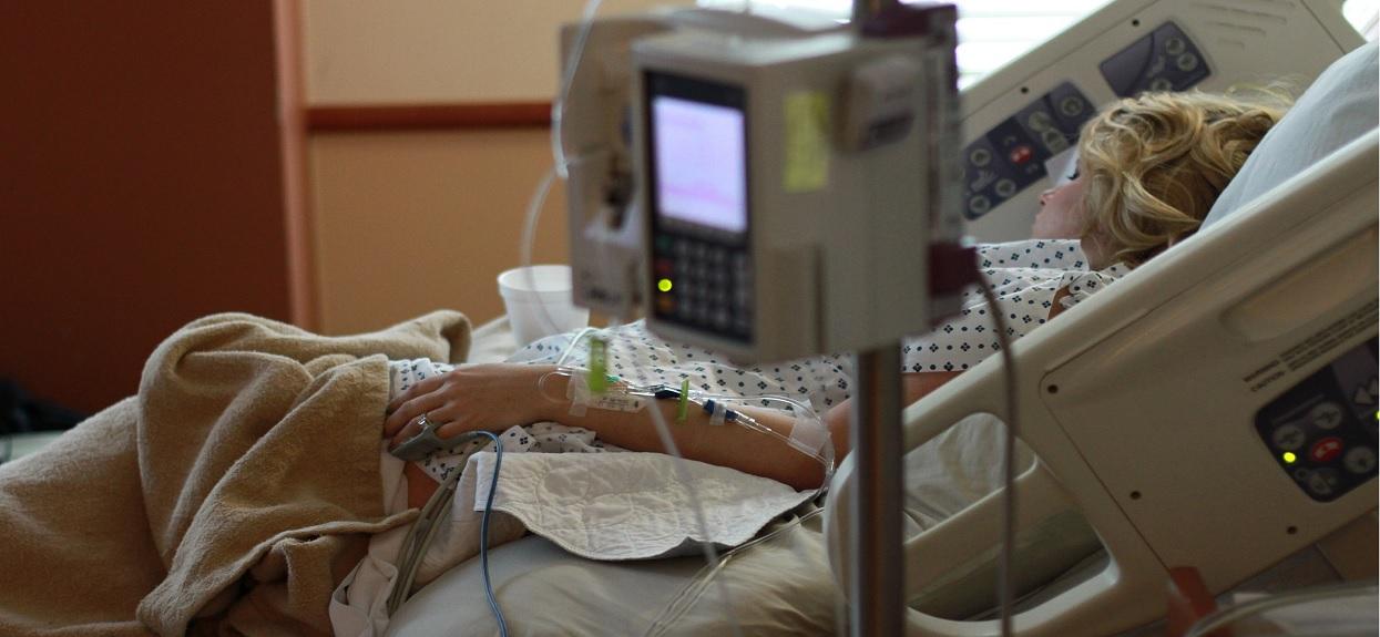 Kobieta obudziła się w szpitalu po operacji. Gdy otworzyła oczy, zobaczyła, co się dzieje i zamarła