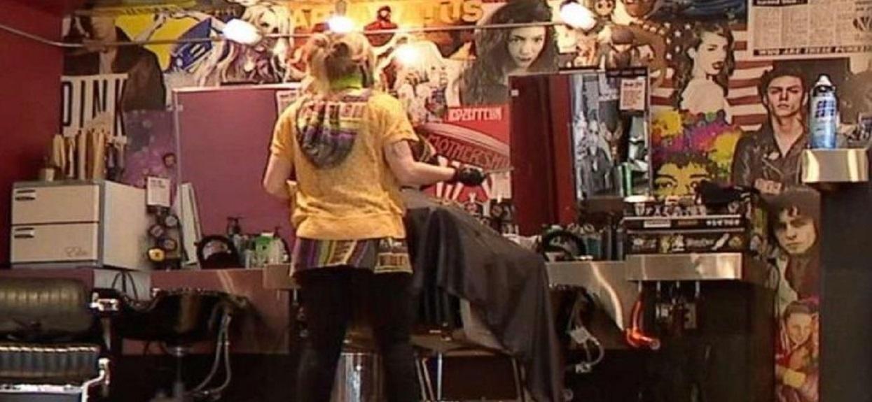 Klient wpadł do salonu w ostatniej chwili. Po strzyżeniu zrobił rzecz, która wstrząsnęła fryzjerką, ma dowód
