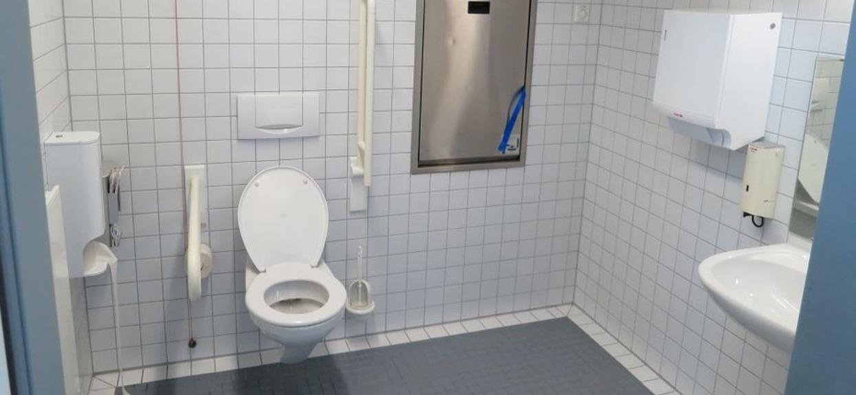 Okropny dramat mężczyzny w polskiej miejscowości. Na długo utknął w publicznej toalecie, konieczna była interwencja służb