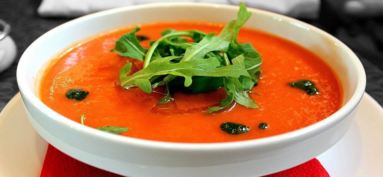 Zupa pomidorowa jak u babci. Wiele osób zapomina o jednym kluczowym dla zniewalającego smaku składniku