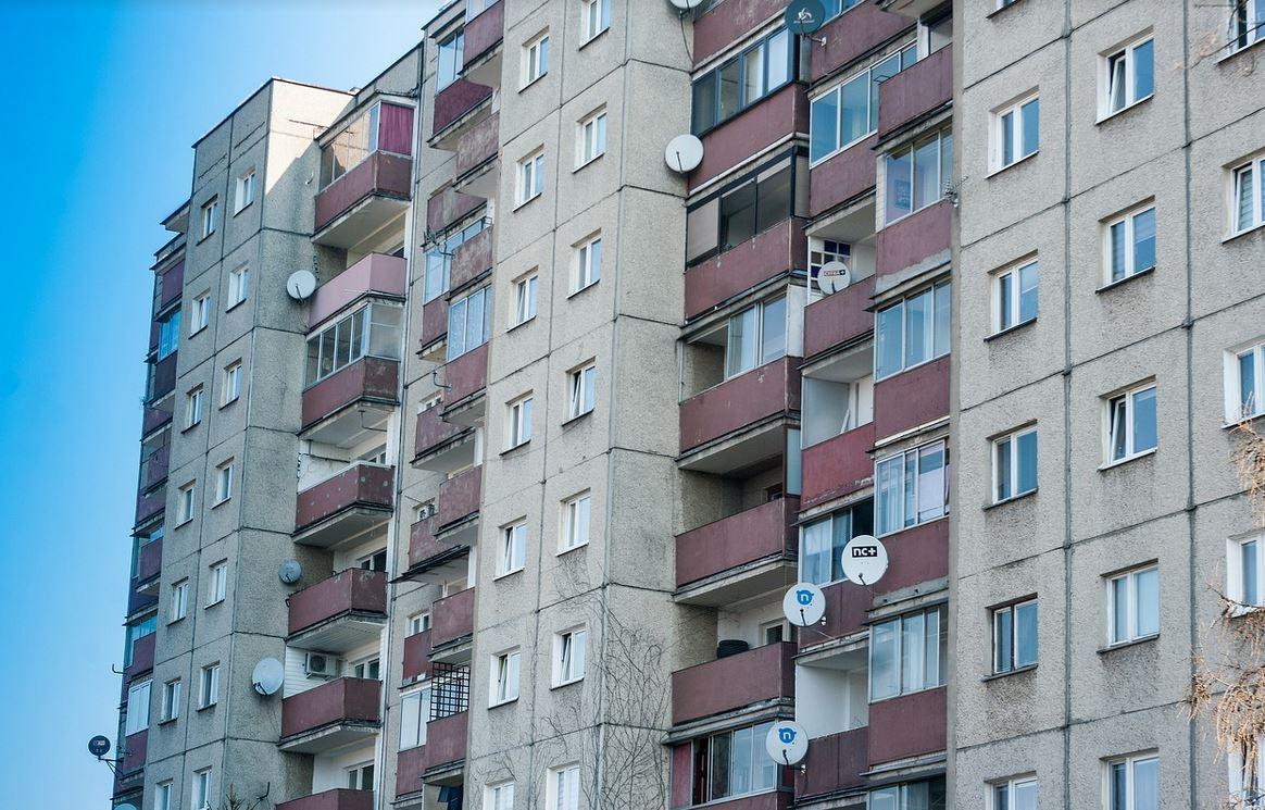 14-miesięczna dziewczynka wypadła z okna. Policja podaje dramatyczne szczegóły