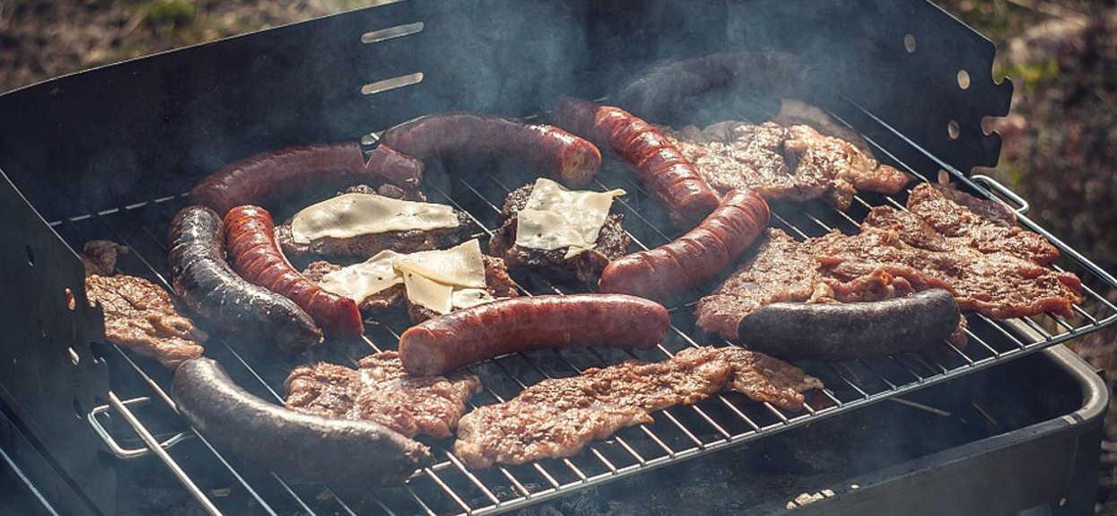 Polacy uwielbiają kaszankę z grilla, ale mało kto wie, co jest w środku. Skład przyprawia o zawrót głowy