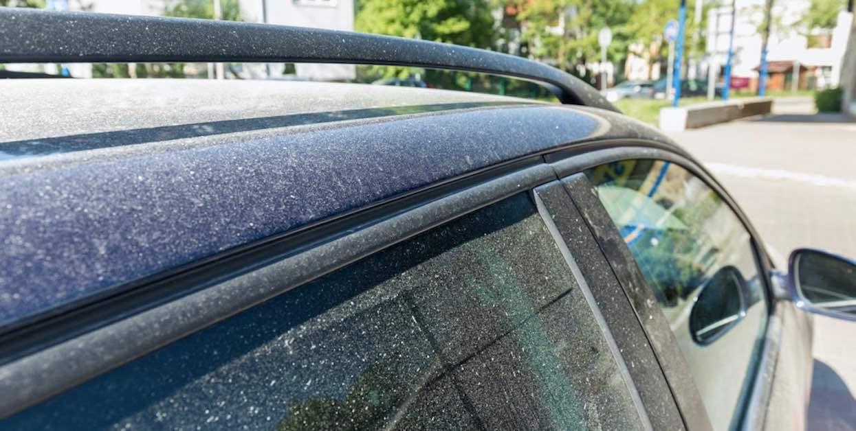 Zauważyłeś żółty pył na samochodzie? Pod żadnym pozorem nie rób jednej rzeczy