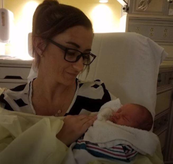 Kobieta poczuła skurcze i zaczęła rodzić.