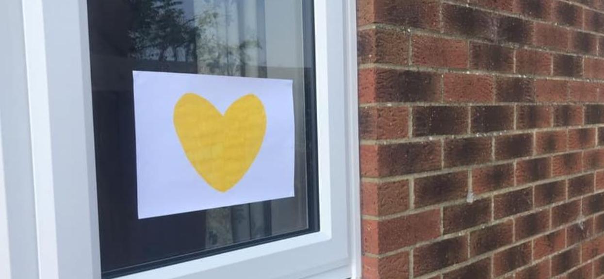 Przyklejają do okien w domach żółte serca. Powód wyciska wszystkie łzy z oczu