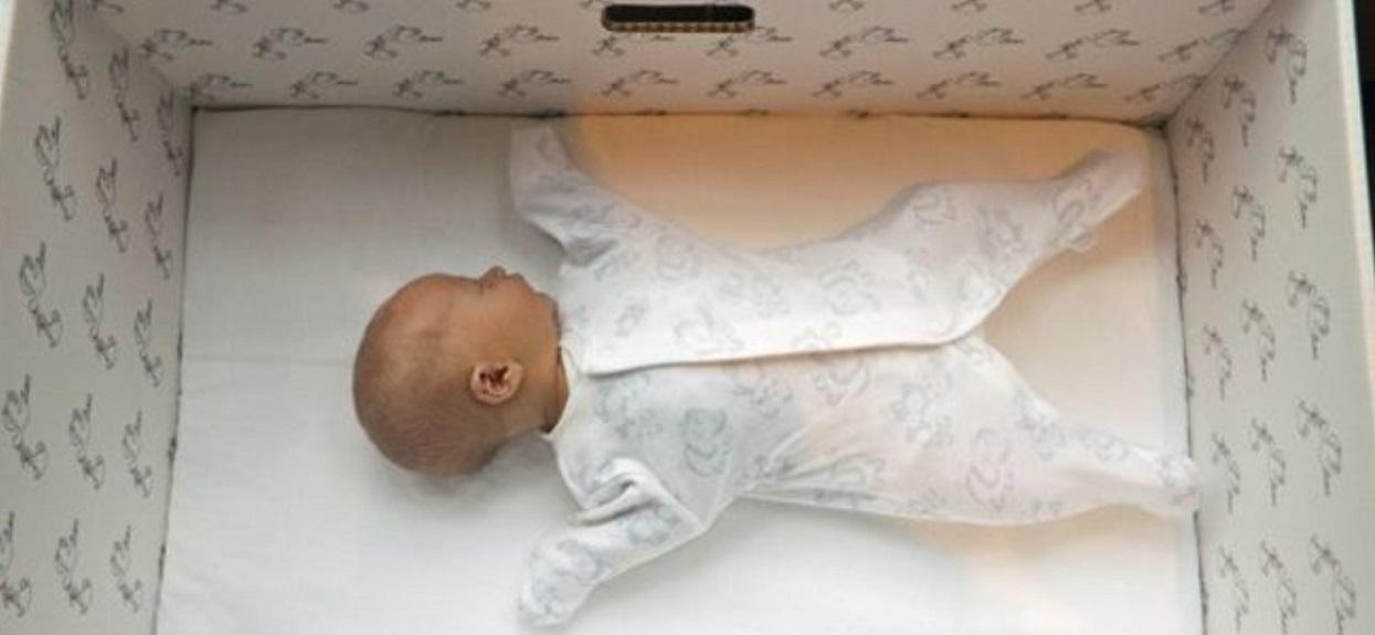 Po urodzeniu noworodki śpią w kartonowych pudełkach. Powód odbiera mowę