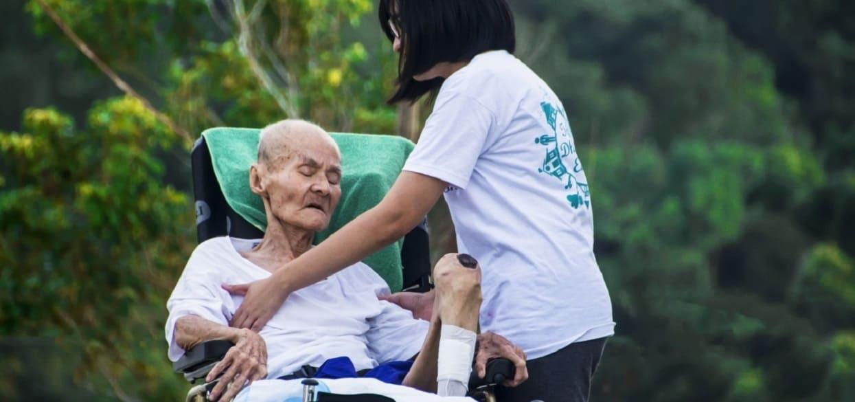 Opiekują się starszymi ludźmi, teraz mają dość. Wyrządzono im ogromną krzywdę