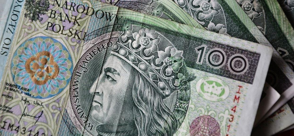 Rząd rozdaje po 5 tysięcy złotych. Jest jednak haczyk, konsekwencje mogą być ogromne