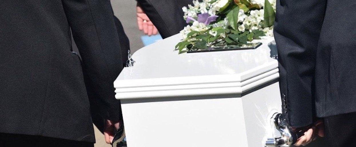 Porażające sceny podczas pogrzebu. Gdy włożyli trumnę do grobu, zmarły pomachał do żałobników, wszystko się nagrało
