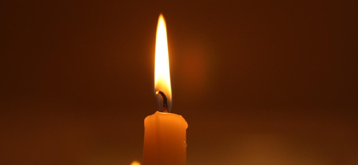 Bardzo smutna informacja, zmarł chwilę po zakończeniu transmisji na żywo. Media obiegła wiadomość o tragicznej śmierci 43-latka