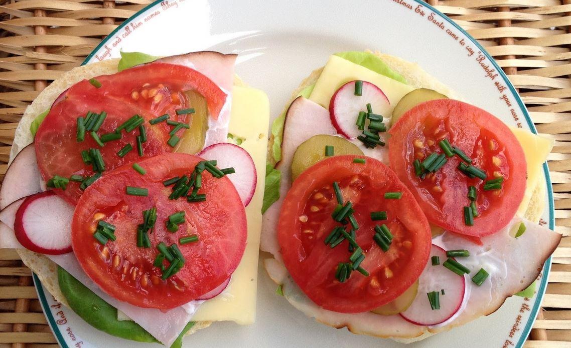 Kanapka z pomidorem i ogórkiem to bardzo zły pomysł. Eksperci ostrzegają, jedno z nich trzeba wyrzucić