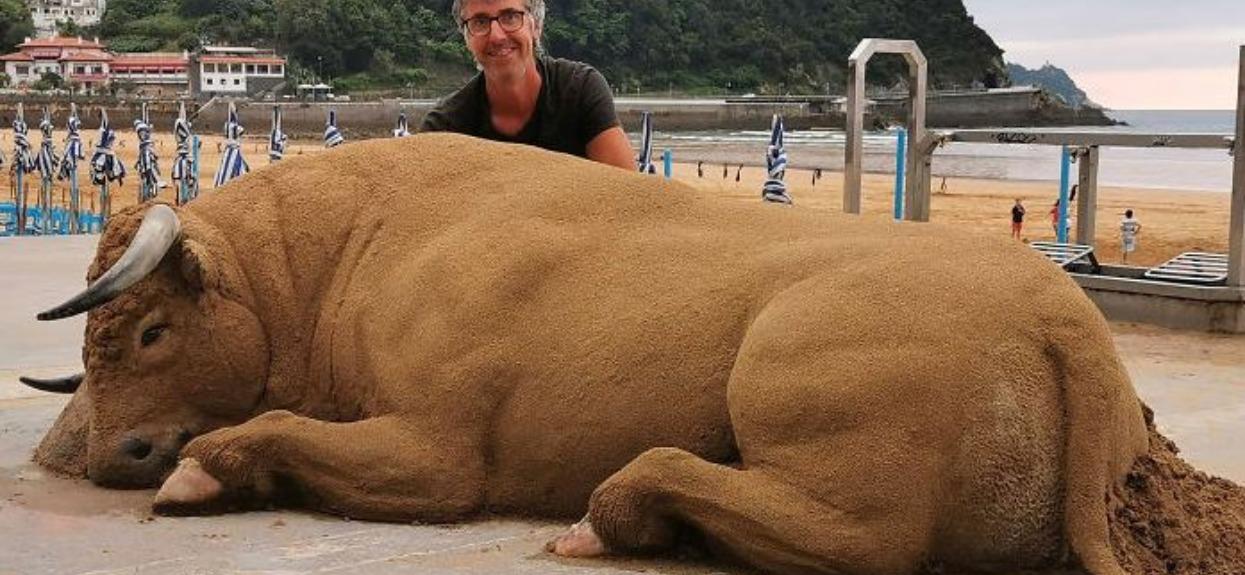 Rzeźba z piesku została wykonana przez niezwykłego artystę.