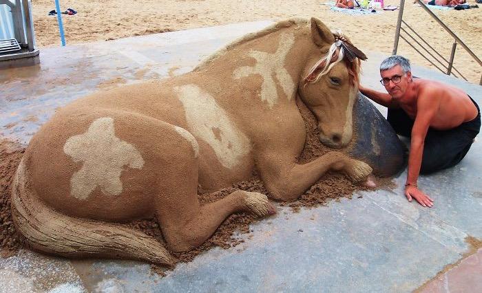 Ludzie myślą, że jest żywy, ale koń został zrobiony tylko z piasku. Niezwykły talent