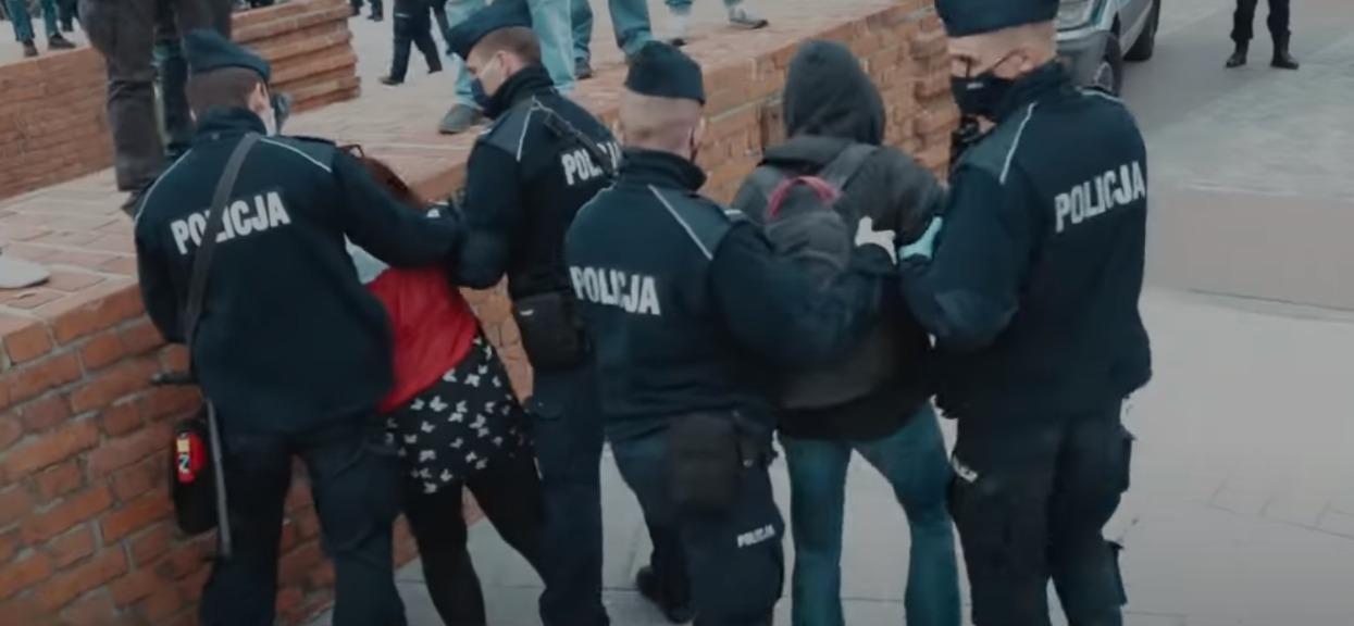 Kilkaset osób w Warszawie zatrzymanych przez policję. Użyto gazu i środków przymusu