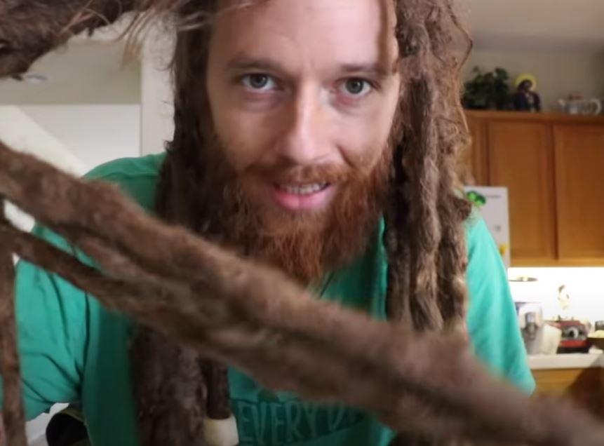 Mężczyzna umył włosy po 10 latach.
