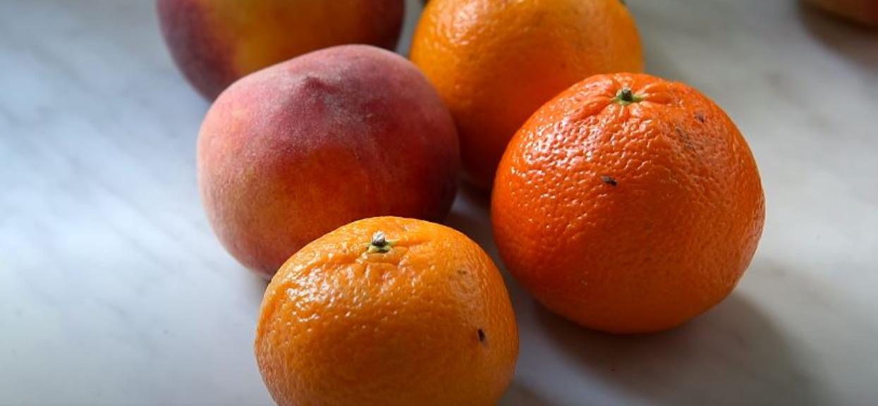 Nad owocami latają muszki owocówki? Ważny znak, nie wolno go ignorować