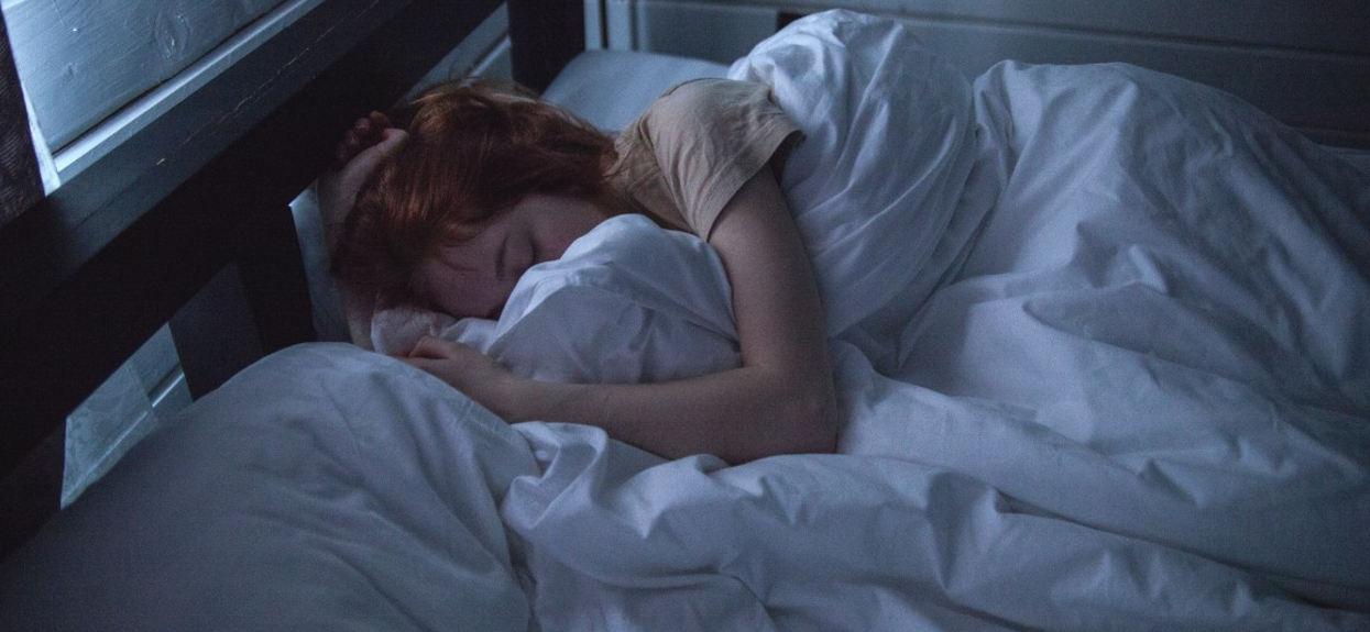 Zdrowy sen pozycja spania